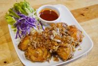 ปีกไก่กลางทอดกระเทียมพริกไทย (ใส่ 5 ชิ้น) Fried Chicken Wings with Garlic and Pepper