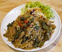 มาม่าผัดขี้เมาซี่โครงหมู Spicy stir fried instant noodle with ribs and basil leaves