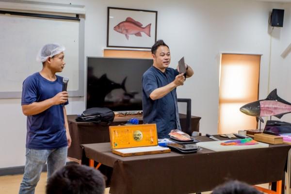 ฝึกอบรมวิธีการตัดแต่งสินค้า บอสสอนตัดชิ้นปลา_๑๘๐๘๓๐_0040_0.jpg